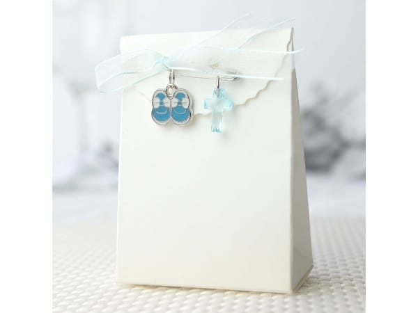 Imperdible con cruz+lazo+botitas azul