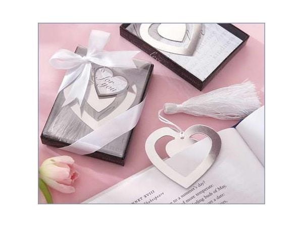 Detalle de boda punto de libro corazón en cajita