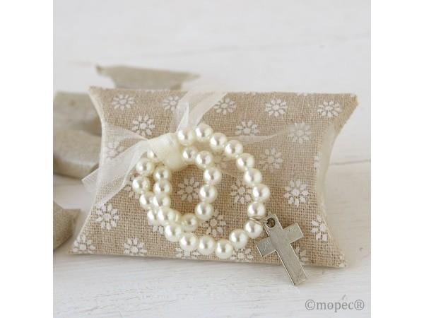 Estuche de tela con pulsera de cruz y perlas+ caramelos