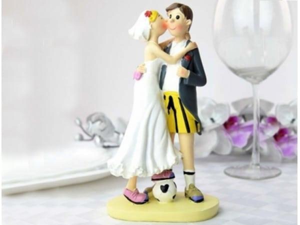 Detalle de boda figura novios fútbol