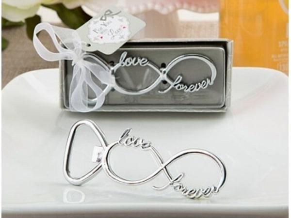 Detalle de boda abridor infinito en caja regalo