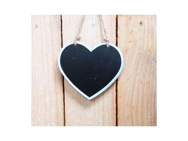 Detalle de boda pizarra corazón madera para colgar