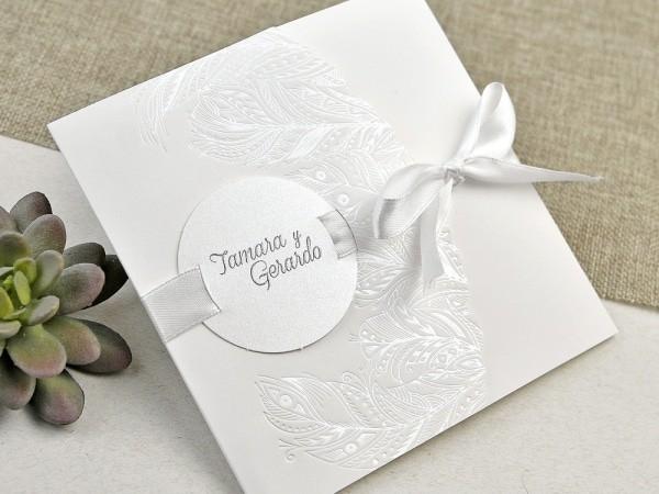 Invitación de boda elegante con plumas