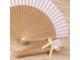 Abanico madera natural y tela blanca 23 cm adornado